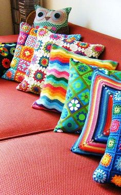 Love this assortment of crochet pillows! almohadones al crochet Crochet Simple, Easy Crochet Patterns, Love Crochet, Crochet Designs, Crochet Ideas, Knitting Patterns, Stitch Patterns, Crochet Cushion Cover, Crochet Cushions