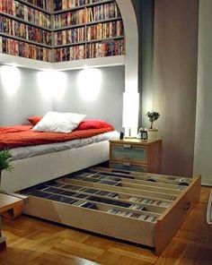 30 Ideias de Génio Para o Seu Quarto  - Gaveta por baixo da cama e prateleira por cima.