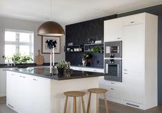 Men med forskjellige soner for ulike behov. Kitchen Dining, Dining Room, Kitchen Pantry Design, Scandinavian Interior, House Plans, Kitchens, Sweet Home, Table, Furniture