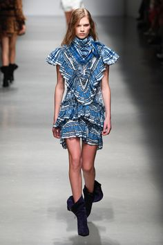 See all the Collection photos from Philosophy Di Lorenzo Serafini Spring/Summer 2019 Ready-To-Wear now on British Vogue Catwalk Fashion, Fashion Show, Fashion Outfits, Fashion Design, Fashion Brands, Women's Fashion, Vogue Paris, Marc Jacobs, Burberry