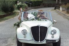 A amazing Boho Chich style wedding that we present in this article. This romantic married couple has chosen a warm day of early September to celebrate their big day. Bride And Bridesmaid Pictures, Brides And Bridesmaids, Car Wedding, Wedding Photos, Wedding Car Decorations, Classic Cars, Wedding Photography, Romantic, Italy