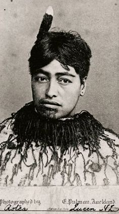 Queen Aotea, third wife of King Tawhiao, mother of Puahaere. Maori Face Tattoo, Samoan Tattoo, Maori Tribe, Polynesian People, Maori People, Maori Designs, Aboriginal People, Maori Art, Portrait Art