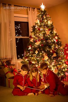 Photo of Children in front of Christmas Tree - Kathleen Weibel Toddler Christmas, Christmas Minis, Winter Christmas, Christmas Cards, Merry Christmas, Christmas Books, Family Christmas Pictures, Christmas Photos, Christmas Portraits