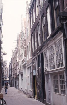 Sint Annenstraat 10-12-14-16 Bj 1585 / gerestaureerd 1995. Nr 10 werd gedemonteerd en is teruggebouwd naar een vroeg 19e eeuwse archieftekening. De gevelsteen is uit de 1e helft 17e eeuw. Nr 12 (1565) is de enige vroegrenaissance woonhuisgevel in Amsterdam. In de kelder zijn resten gevonden uit ca 1380 van het oudste tot nu toe gevonden stenen huis in Amsterdam. I Amsterdam, Street View
