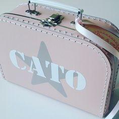 koffertje Cato #kraamkado #kraamkcadeau #kinderkoffertje #kinderkoffertjes #kadometnaam #koffertjemetnaam van www.bepenco.com
