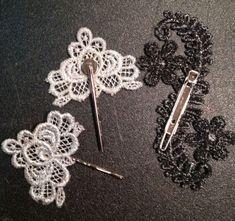 Διακοσμητικά για τα μαλλιά από δαντέλα. Πιάνονται με τσιμπιδάκια ή πιάστρες, οπότε μπορούν να είναι από πολύ μικρά και διακριτικά, μέχρι μεγαλύτερα.  Χειροποίητος Γάμος www.gamos-diy.com