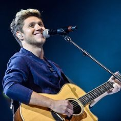niall performing this town :)