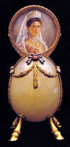 The Friendship Egg (or Hoof Egg), 1890. Presented by Czarina Alexandra to one of her friends. Red gold, bowenite, diamonds, rubies and pearls. Kept in Forbes collection.