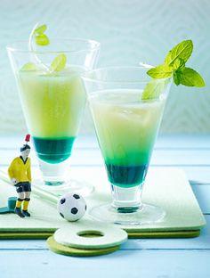 Mit seiner grünen Farbe macht der Grapefruit-Drink dem Rasen im Stadion Konkurrenz. Na dann, cheers! Cocktails, Living A Healthy Life, Fun Drinks, Oreo, Glass Of Milk, Smoothies, Barware, Good Food, Grapefruit