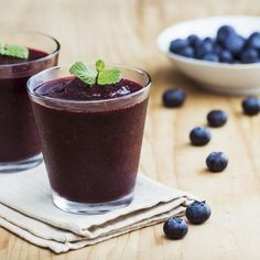 For this Blueberry Tart Shakeology smoothie, all you need are blueberries, a scoop of Chocolate Shakeology, and a splash of cranberry juice for tartness. Detox Smoothie Recipes, Homemade Smoothies, Juice Smoothie, Smoothie Drinks, Healthy Smoothies, Blueberry Spinach Smoothie, Blueberry Juice, Cranberry Juice, Blueberry Oatmeal