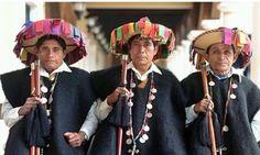 """Incluye un pantalón y una camisa de manta, """"caites"""" o huaraches de cuero, un cotón o chuk de lana gris, otro de lana negra y uno más de lana café, un sombrero de palma con listones y un morral. Estos indígenas viven en la zona montañosa de San Cristóbal de las Casas, la """"ciudad real colonial"""".  Su pueblo principal es San Juan Chamula, donde tienen su propio gobierno, leyes, lengua, tradiciones, música, danzas y religión. Son, entonces, orgullosos con su autonomía e identidad, sus grandes…"""