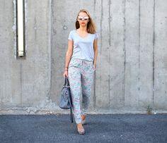Diane du blog Trend Clic porte le pantalon fluide imprimé fleuri PANAMA Sud express! Look urban idéal pour l'été. Look Urban Chic, Bag Prada, Sud Express, Zara, Diane, Panama, Parachute Pants, Casual, Harem Pants