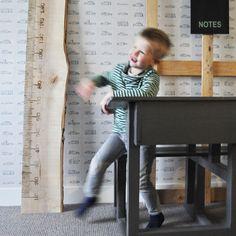 ♡ Dit stoere toppertje is gemaakt van allemachtig prachtig larikshout van Hollandse bomenbodem ♡ De meetstrepen en cijfers zijn in het hout gebrand ♡ Tip: Gebruik per kind een andere kleur inkt en stempel de namen rechtsboven of -onder ♡ Het label met je eigen tekst krijg je van ons cadeau ♡ Op = op! ♡ Een superleuk kraam- of verjaardagscadeau van vrienden en familie ♡ Maakt elke (kinder)kamer nog leuker ♡ t/m 14 februari voor de introductieprijs! Van 69,95 voor 59,95