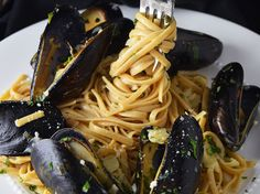 Mussels Over Linguine Recipe. Mussels served over whole wheat linguine with a cream based garlic butter and white wine sauce. Linguine Recipes, Seafood Recipes, Wine Pasta Sauce, Parmesan Truffle Fries, Grilled Trout, Roasted Bacon, Creamy Avocado Sauce, Salmon Seasoning, Tummy Yummy