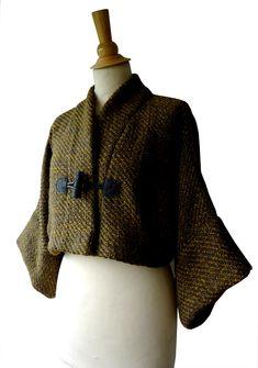 Gilet Kimono court en laine et viscose non doublé. Tissu chiné gris, taupe et vert Veste kimono, chic de forme boléro avec ses manches amples 3/4. Fermeture avec un brandebourg de couleur gris. http://www.boutiqueyeiho.com/