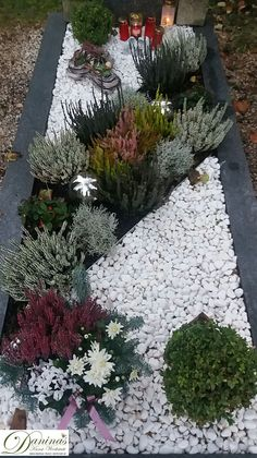 Grabgestaltung selber machen - Grabgestaltung-selber-machen – Daninas Kunst-Werkstatt Informations About Grabgestaltung selber ma - Front Yard Garden Design, Backyard Garden Design, Garden Landscape Design, Small Garden Design, Landscaping With Rocks, Front Yard Landscaping, Succulent Landscaping, Landscaping Ideas, Cemetery Decorations