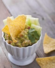 Zet een gezondere guacamole op tafel. Lekker voor tijdens een barbecue of in combinatie met tortillachips. Met dit trucje bevat je guacamole al gauw zo'n 100 calorieën minder. Gezonde guacamole maken Wat het trucje is? Erwten. Vervang een deel van…