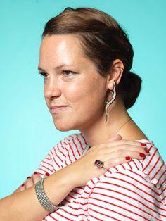 Helena Mastberg från Nacka fyndade smycken på Antikdagen, örhängen 500 kr, armband 50 kr och ring 300 kr.