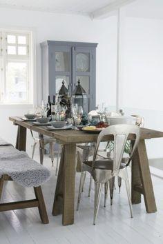 Robuuste houten eethoek met tolixstoelen.