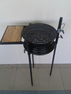 Parrilla con rin de automóvil, desarmable y con graduación para la cocción. Mi primer proyecto de herrería. Grill with car rims wheel, removable and with graduation for cooking. My first blacksmith project.