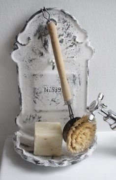 Antique wall mounted cast iron soap dish:  How good would that look on the bathroom wall .... !?  ♥