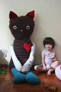 Holy giant stuffed kitty--LOL!  She makes some other super cute creations (in spanish)