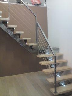 Escalier quart tournant avec palier intermédiaire en verre , limon et platines en métal brossé et verni , incrustation de leds sur les marches en méléze