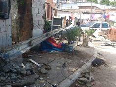 Blog do Oge: Atingido por veículo, poste cai sobre telhado de r...