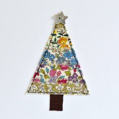 Christmas tree card embroidered Christmas card pretty floral Fabric Christmas Trees, Christmas Tree Cards, Xmas Cards, Christmas Crafts, Christmas Ideas, Freehand Machine Embroidery, Free Motion Embroidery, Free Machine Embroidery, Fabric Tree
