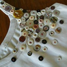 "Reminds me of my ""button dress"". Button Art, Button Crafts, Dress Neck Designs, Blouse Designs, Fashion Details, Diy Fashion, Fashion Design, Diy Clothing, Sewing Clothes"