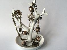 Collier sautoir perles nacrées de couleur bronze et fleur ajourée en métal : Collier par alterperles