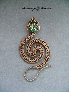Anastasiya Ivanova copper and green wire wrapped snake coiled design pendant Wire Jewelry Designs, Handmade Wire Jewelry, Metal Jewelry, Wire Crafts, Jewelry Crafts, Jewelry Art, Jewellery, Bijoux Wire Wrap, Wire Wrapped Jewelry