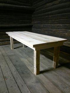 Rouva on jo pitkään haaveillut mökillesäänkestävästä ruokapöydästä, joka saisi olla pihamaalla kesät talvet.