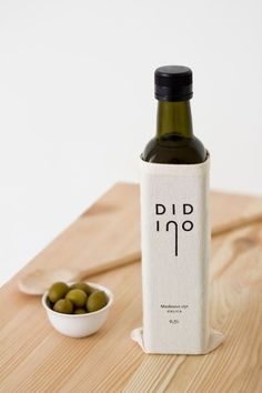 Didino Olive Oil is a Croatian company which produces olive oil bottles. Its primary packaging, besides the bottle, is characterized by the presence of a jute-like bag. Food Packaging Design, Print Packaging, Packaging Design Inspiration, Smart Packaging, Design Ideas, Olive Oil Packaging, Bottle Packaging, Display Design, Product Design