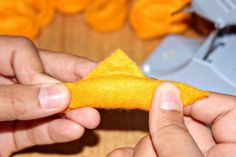 This is a very easy and cheap, no sew  felt food tutorial! I've never actually made real tortelloni pasta , so to learn how to fold it I...