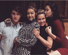Modelos Gigi y Bella Hadid foto con su madre y su hermano Jolanda Anwar