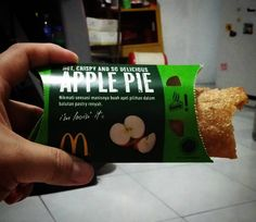 Akhirny coba jg ne... Lg heboh d dunia maya... Apple Pie by @McDonaldsID  Prasaan kemasan Apple Pie ny McD dr sonony d mana2 juga merah ya... Di instagram liat yg beredar d Jkt n' kota lain jg merah... Nape mpe d kotaku jd Hijau ya ??? Too sweet for me  Anapple pieis a fruitpie in which the principal filling ingredient isapple. It is on occasion served withwhipped cream orice creamon top or alongsidecheddar cheese. The pastry is generally used top-and-bottom making it a double-crust pie; the…