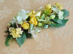 CENTROTAVOLA - Rose e Ortesnsie Gialle (30 cm) - PatriziaB.com  Delizioso centrotavola, realizzato con rose e ortensie di stoffa, arricchito da una sfiziosa farfalla in velluto e da un elegante fiocco