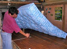Artisan crafting natural, wool-stuffed mattresses [fr] - l'artisanat du matelas traditionnel - Fabrication : Capitonnage de la laine