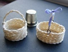No sew miniature round or oval basket - detailed, illustrated instructions Dollhouse Tutorials, Diy Dollhouse, Miniature Crafts, Miniature Dolls, Miniature Furniture, Doll Furniture, Clay Miniatures, Dollhouse Miniatures, Making Baskets