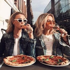 Ce soir pizza night entre copines et vous ? Photo crédit : @claartjerose #pizzanight #pizza #futureisfemale #bossbabe #heylescopines #yolo