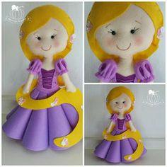 detalhe princesa disney Rapunzel, cabelo em feltro amarelo com flores em toda extensão