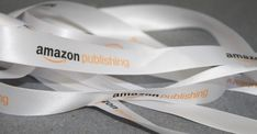 Hier seht Ihr ein weißes schönes Satinband mit einem 2-farbigen Druck in Pantonefarben. Das Band ist 16 mm breit Amazon Publishing, Company Logo, Cardboard Packaging, Gift Wrapping Paper, Carry Bag, Packaging, Nice Asses