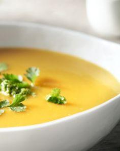 Wortel en pompoen, een lekkere combinatie! We geven de soep een Midden-Oosters tintje met komijn en verse korianderpesto.