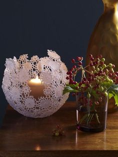 So einfach geht's: Windlicht aus Spitze This lantern is a must for all romantics and shabby chic fan Christmas Centerpieces, Christmas Decorations, Doilies Crafts, Diy 3d, Christmas Diy, Christmas Ornaments, Diy Weihnachten, Diy Crafts For Kids, Simple Crafts