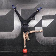 Valmentajaprofiili – Elena Kozharskaya  Elenan aiempaan harjoittelutaustaan kuuluvat mm. koripallo, showtanssi, ja kestävyysjuoksu. Vuoden 2011 syksystä lähtien harjoittelu on painottunut CrossFitiin, jonka myötä aukeni myös voimaharjoittelumaailma. Voimaharjoittelu ja CrossFit koukuttivat monipuolisuutensa, jatkuvan itsensä ylittämisen ja treenien yhteishengen ansiosta. Elenalla on takana neljän maratonin ja yhden maastomaratonin lisäksi lukuisia puolimaratoneja ja lyhyempiä matkoja…