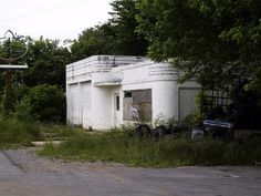 Abandoned gas station, with neat Streamline Moderne architecture, reportedly in Pelham Valley, Grundy County, Tennessee.should be remodeled into something funky and awesome. Art Deco Buildings, Old Buildings, Abandoned Buildings, Abandoned Places, Pompe A Essence, Old Gas Pumps, Streamline Moderne, Old Gas Stations, Filling Station
