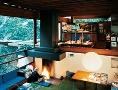Today, we've chosen a warm, modern house from California, USA designed by architect Ray Kappe. The pictures below were realized by Joao Canziani, a photographer that succeeded to reflect thro… Casa Top, Modernisme, Los Angeles Homes, Floor To Ceiling Windows, California Homes, Southern California, Home Living Room, Living Area, Cozy Living