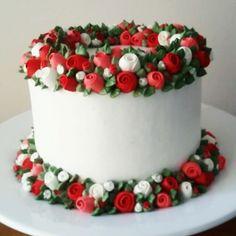 Detalhes🌷🌷🌷  #dolcegulaconfeitaria #chantininho #bolosdecorados #detalhesqueamo #flowercake #cakeboard #cakedreams #cakedecorating #wiltoncakes #wiltondecorating #cakes