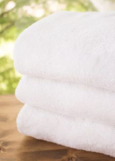 Ever encountered the musty, moldy odor of a smelly towels? The less-than-fresh scent is caused by bacteria. Gross but true! Learn how to naturally eliminate laundry room bacteria and keep towels fresh with this green cleaning tutorial. Deep Cleaning Tips, Green Cleaning, House Cleaning Tips, Diy Cleaning Products, Cleaning Supplies, Bathroom Cleaning Hacks, Toilet Cleaning, Smelly Towels, Glass Cooktop